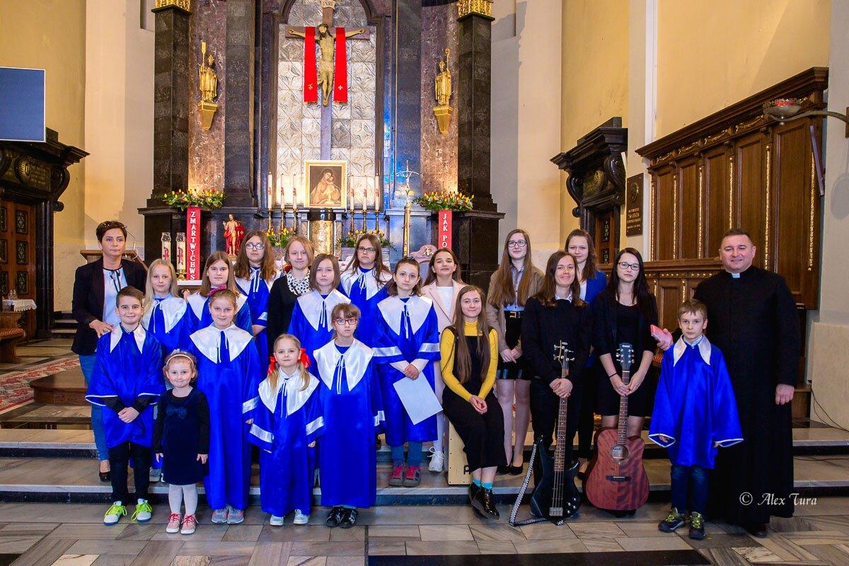 Scholka śpiewa podczas świątecznych mszy św. w Kolegiacie